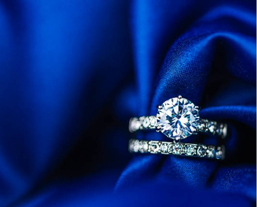 diamond ring with sidestones - 订婚戒指